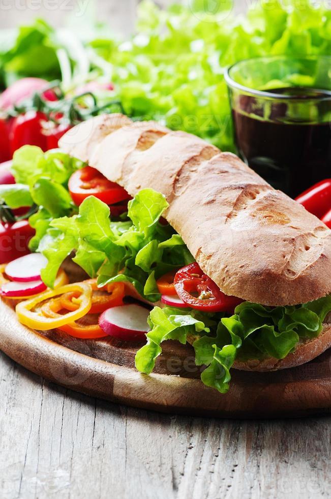 vegansk smörgås med sallad, tomat och rädisor foto