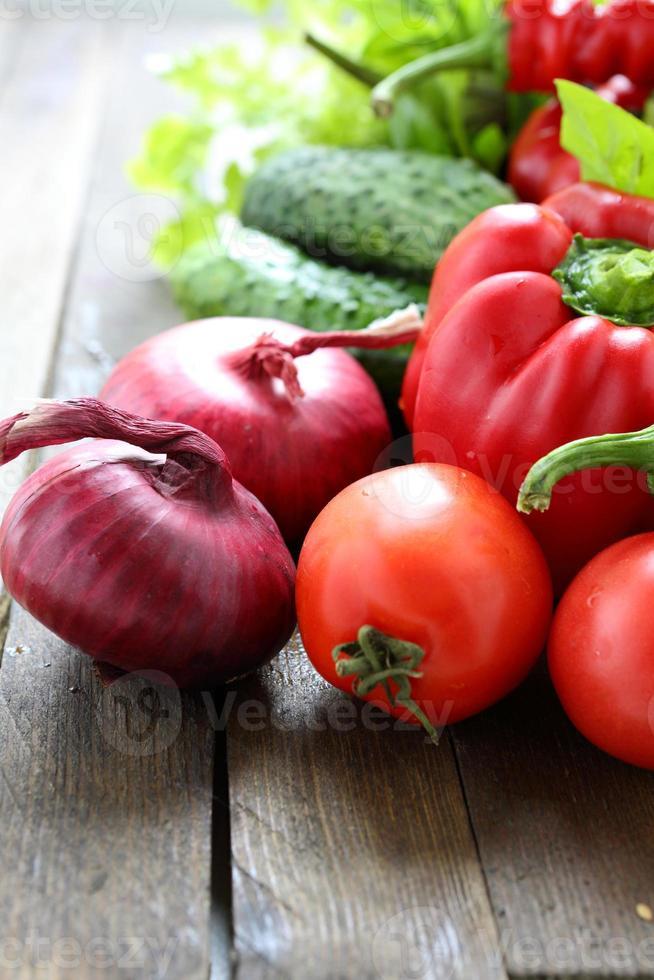 blandning av färska grönsaker på bordet foto