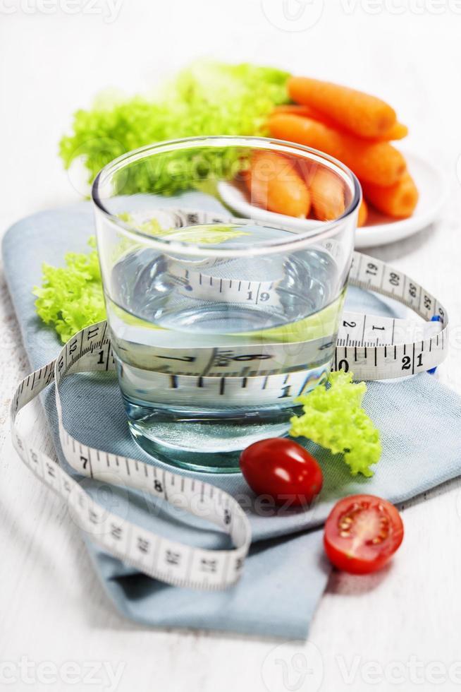 färska friska grönsaker och vatten foto