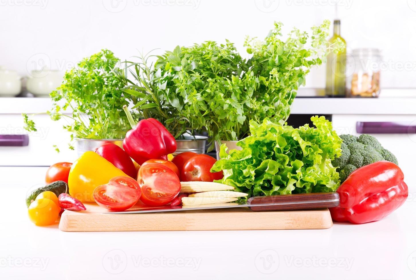 färska grönsaker i köket foto