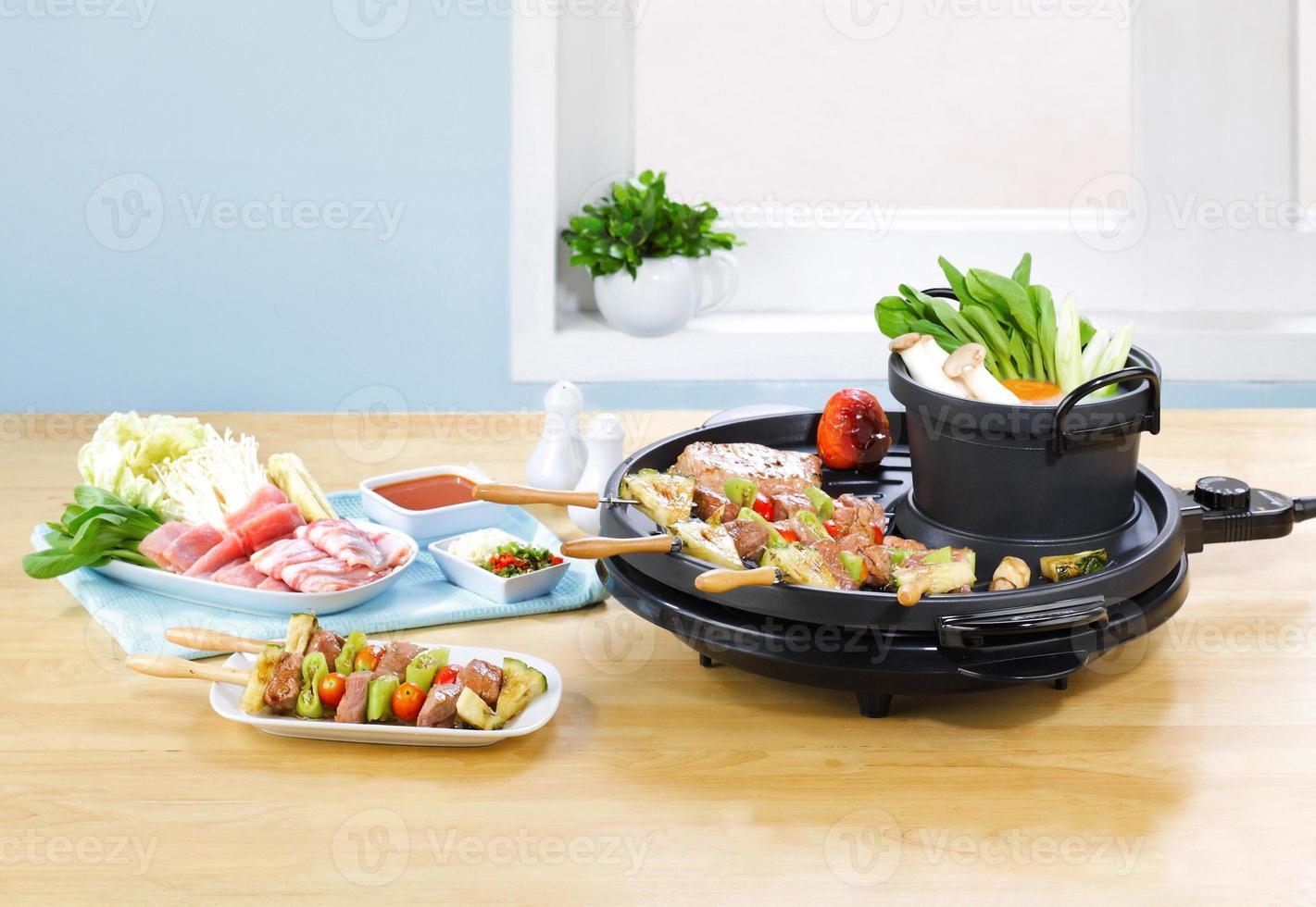 preaparing grillmat i ett kök foto