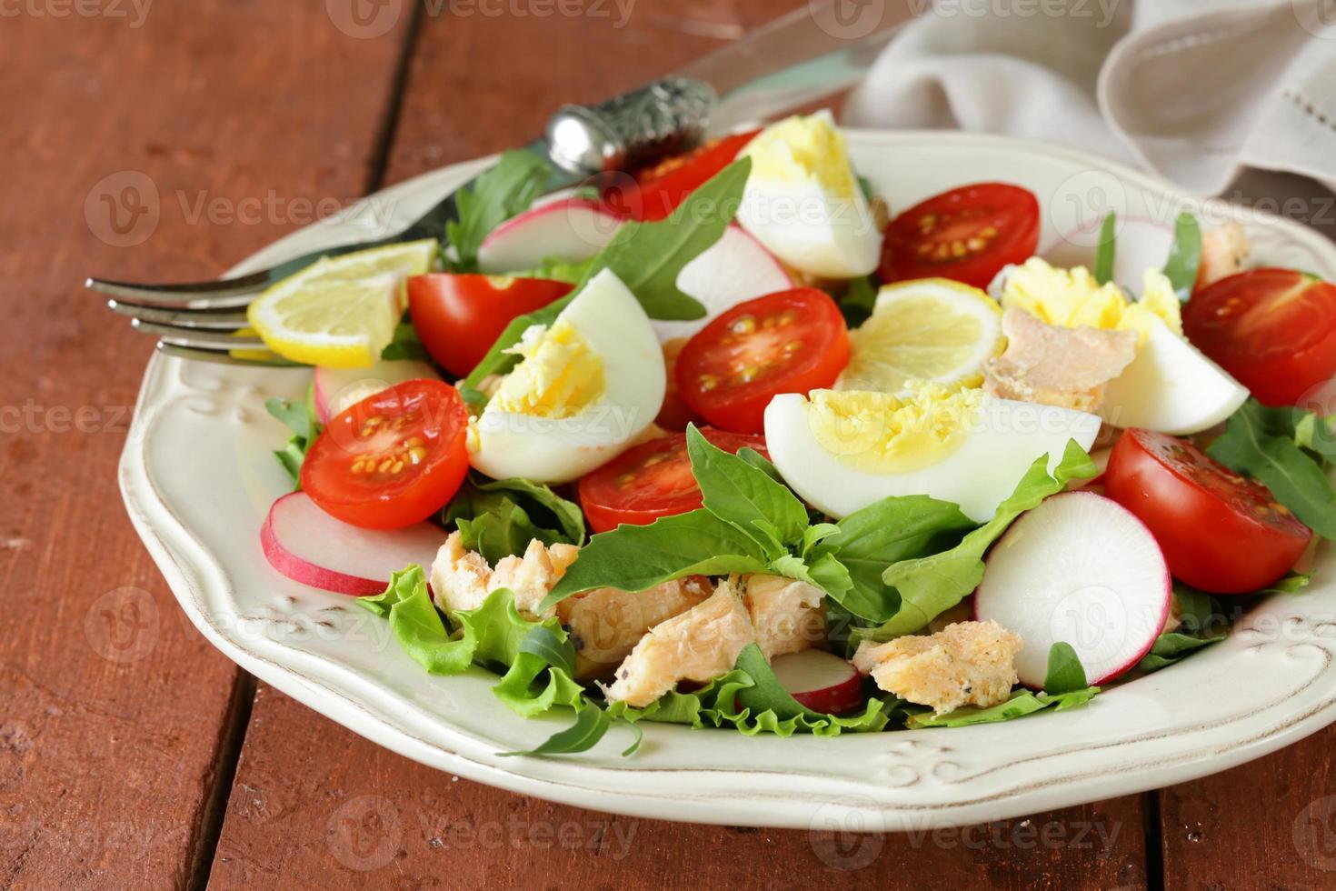 färsk grön sallad med lax och tomater foto