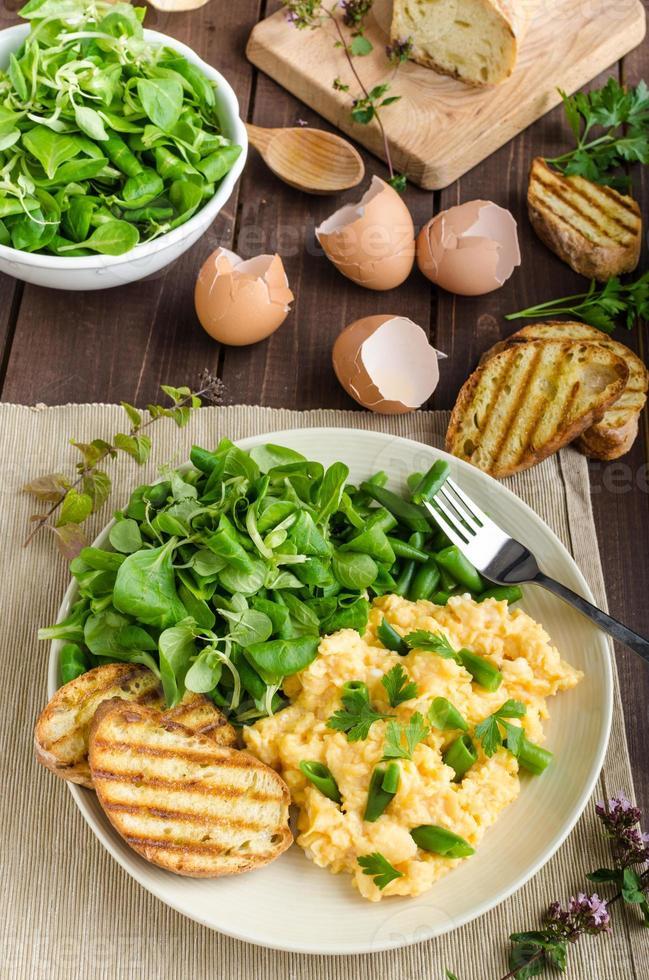 äggröra med sallad foto