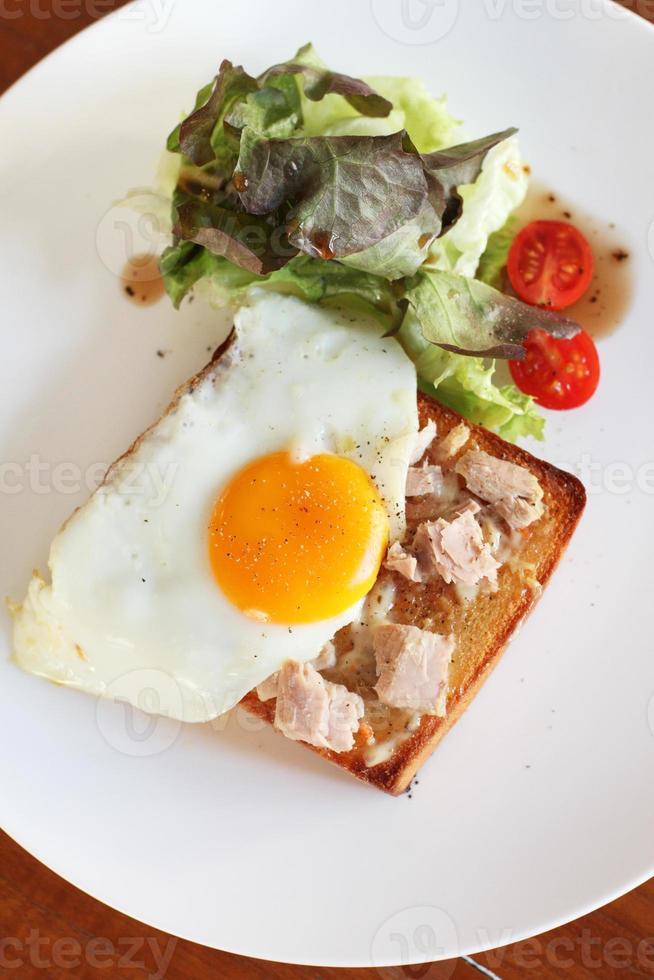färskt tonfiskbrunch med ägg foto