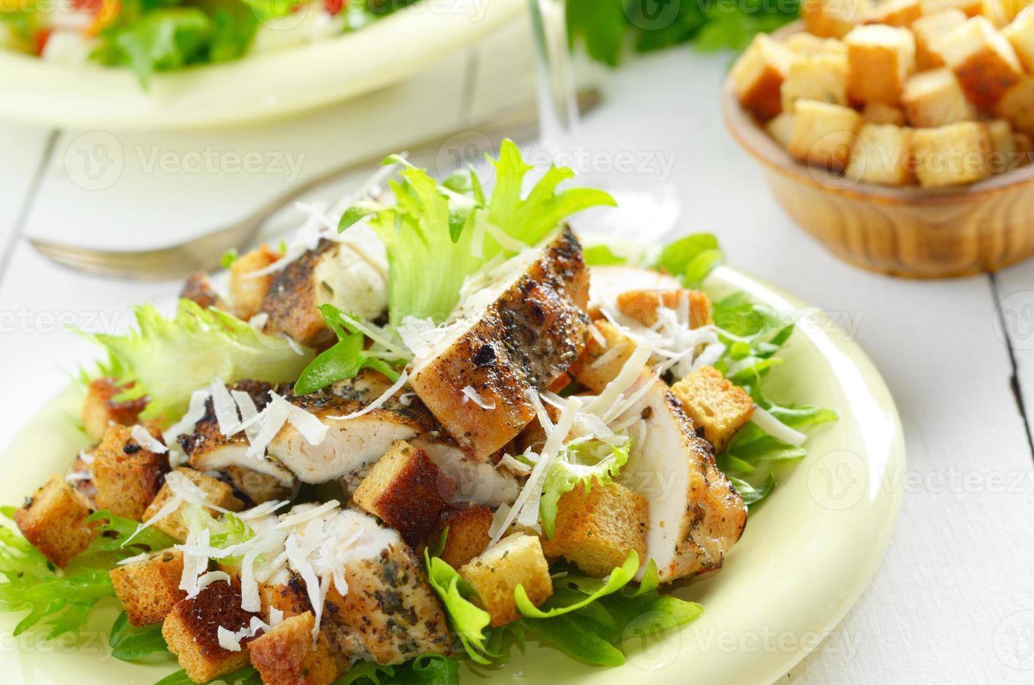 Caesar kyckling sallad på vitt bord foto