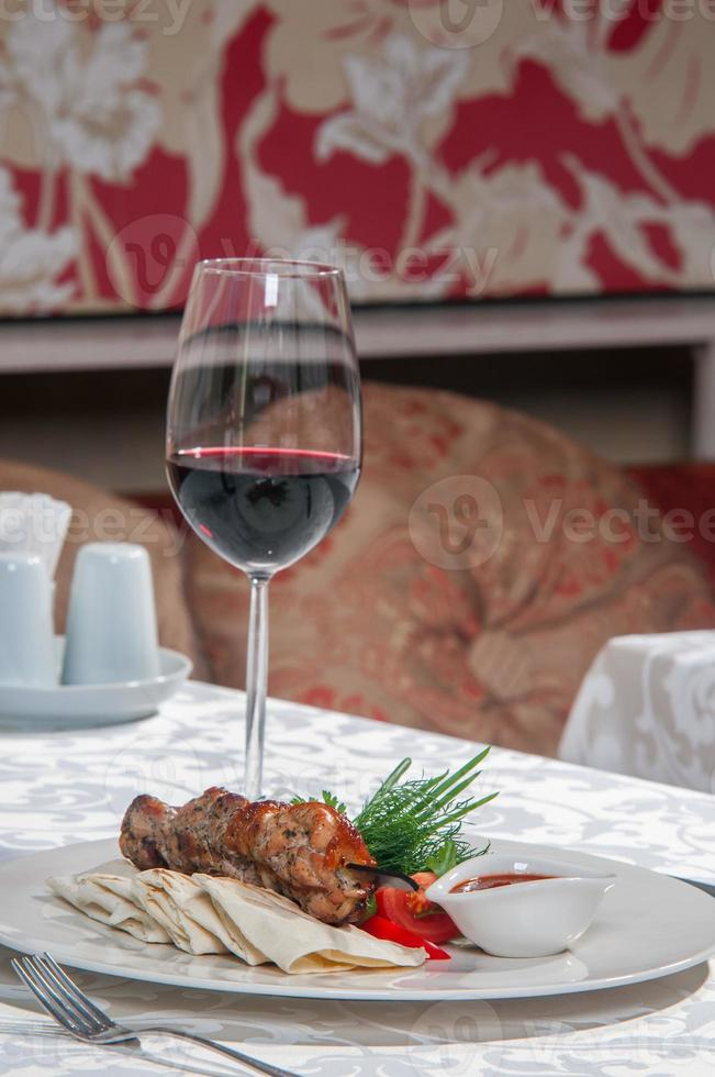 välsmakande kött i en maträtt foto