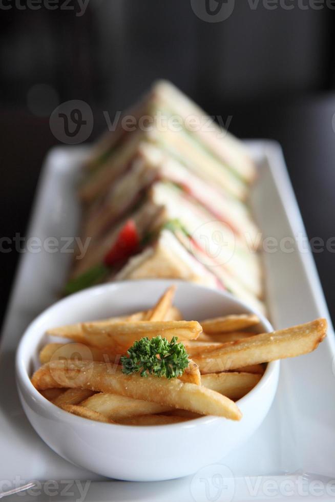 klubbsmörgås med på träbakgrund foto