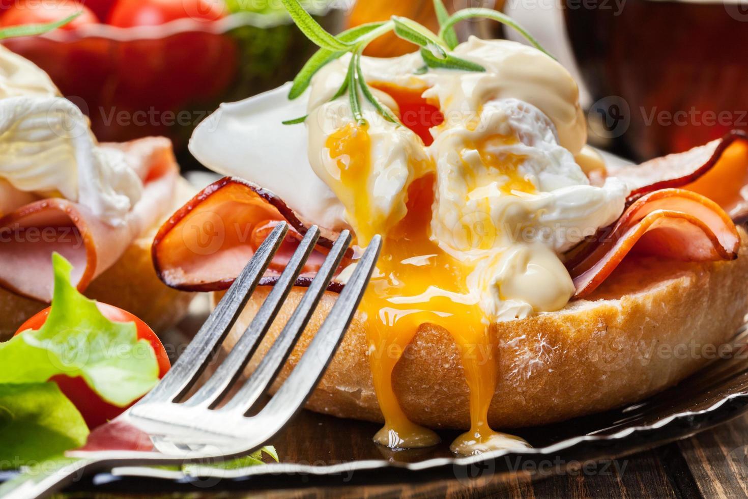 ägg benedict på rostade muffins med skinka foto