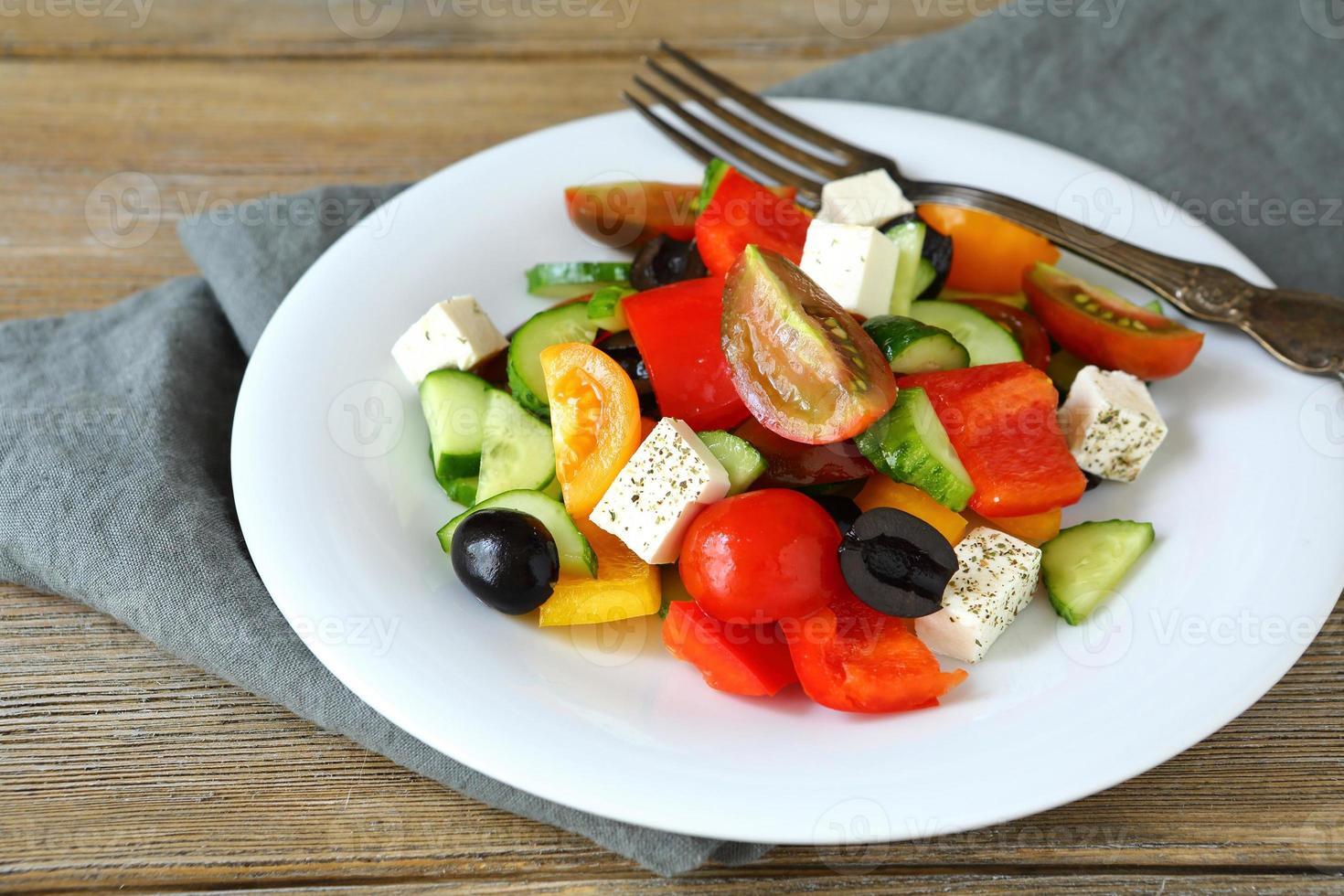 grekisk sallad på en vit platta foto