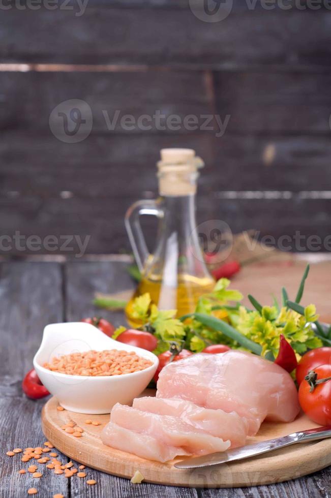 grönsaker, rå kyckling och färska linser foto