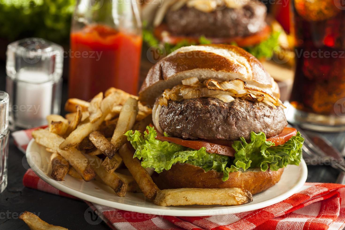 gourmet hamburgare med sallad och tomat foto