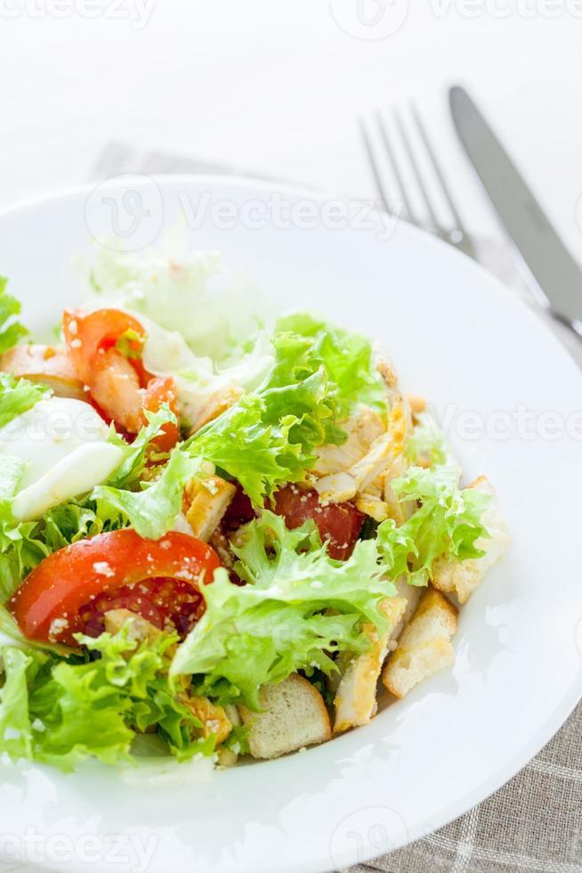 Caesar sallad med kyckling, körsbärstomater, sallad foto