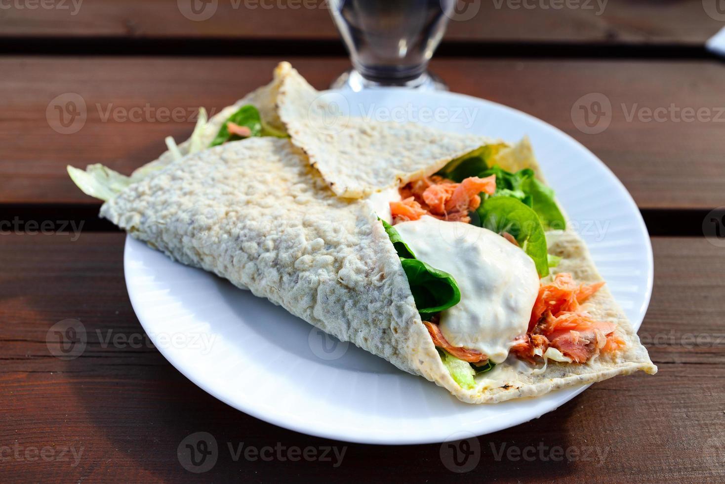 läcker smörgås med sallad och rökt lax foto