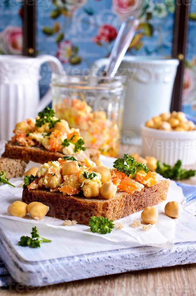 smörgås med morötter, ost och kikärter foto