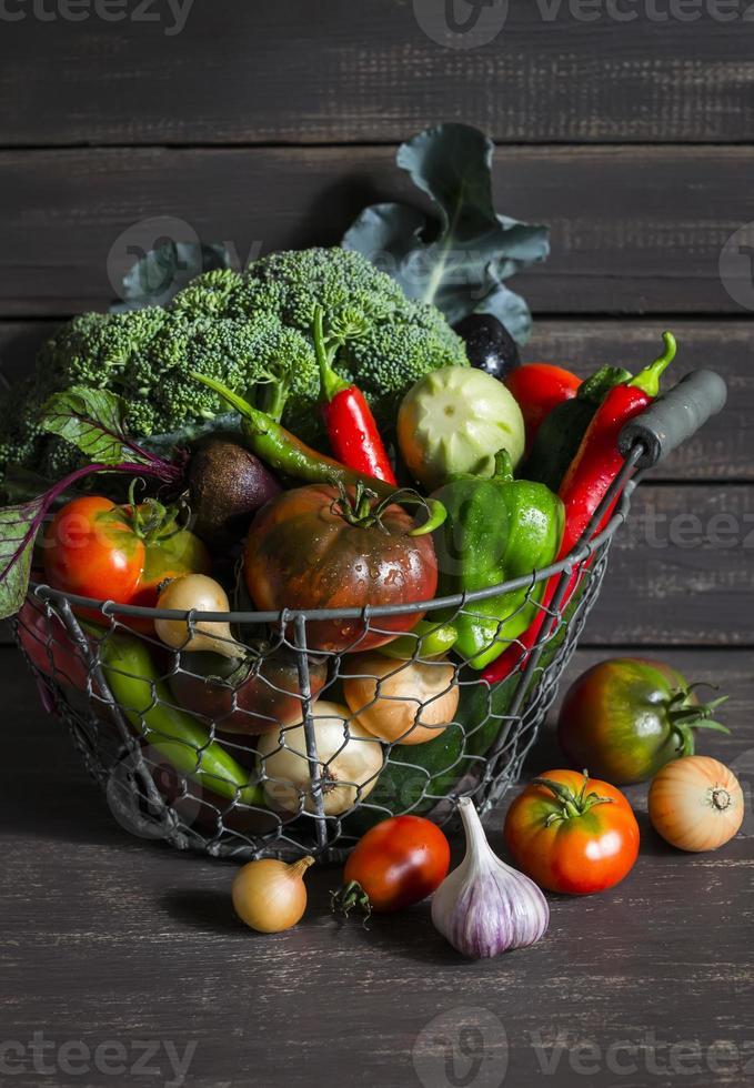 färska trädgårdsgrönsaker i vintage metallkorg foto