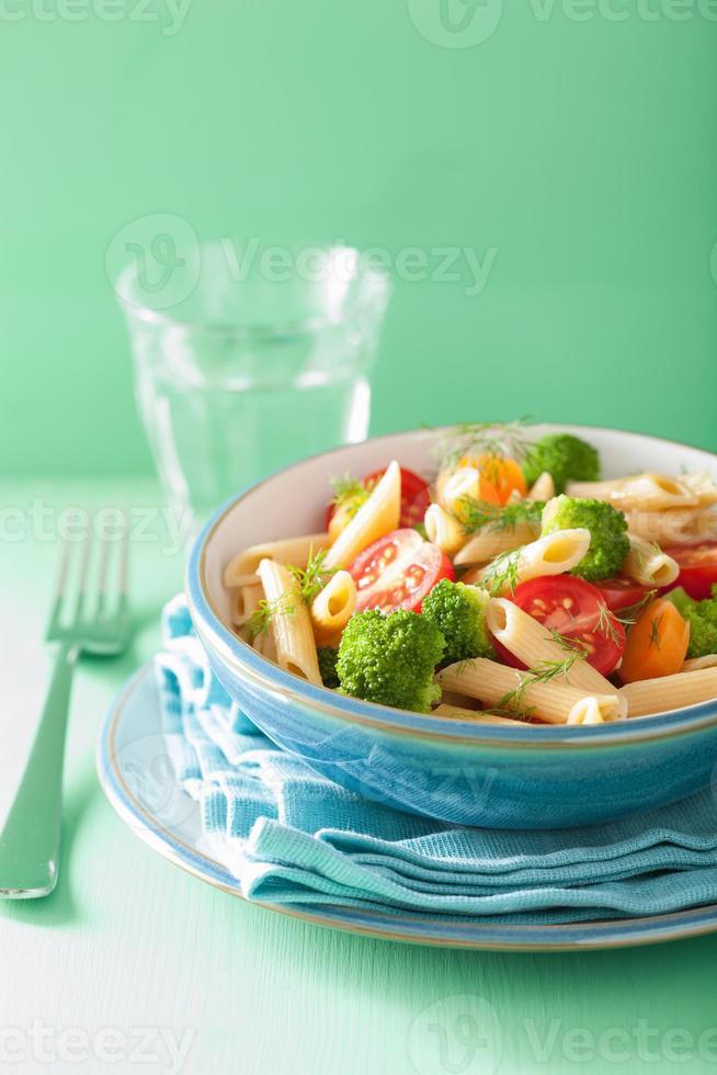 veggie penne pasta med broccoli tomat morot foto