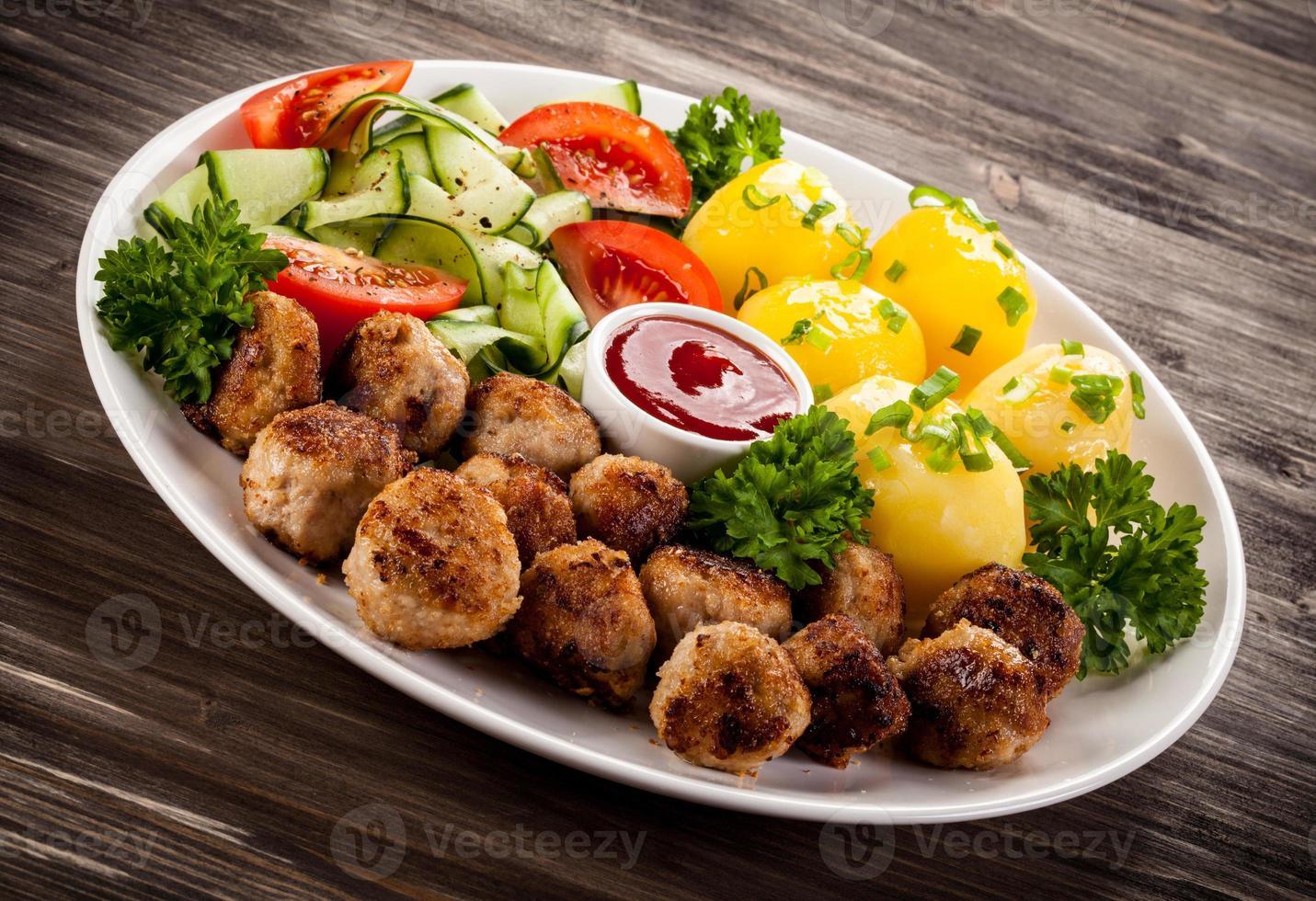 rostade köttbullar och grönsaker foto