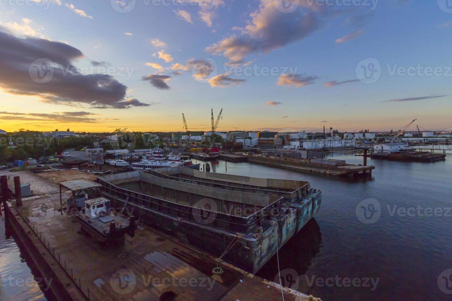 varv vid curtis creek i baltimore, md vid solnedgången foto