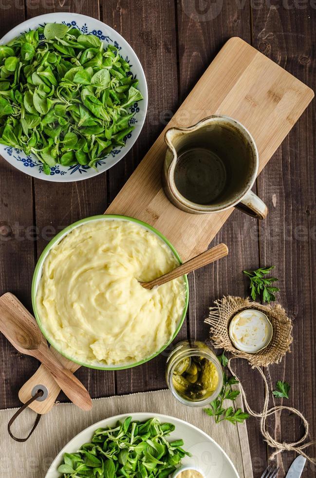 schnitzel med potatismos och sallad foto