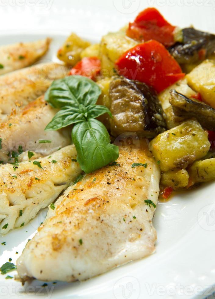 fiskfilé med grönsaker foto