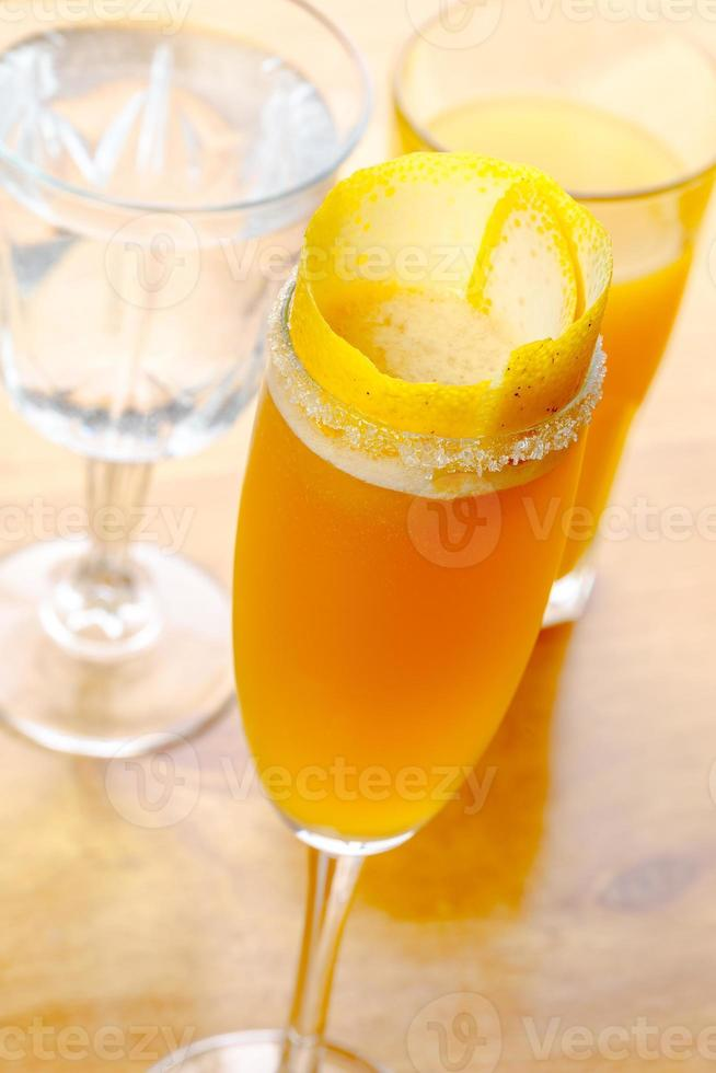 färgglad cocktail på bordet foto