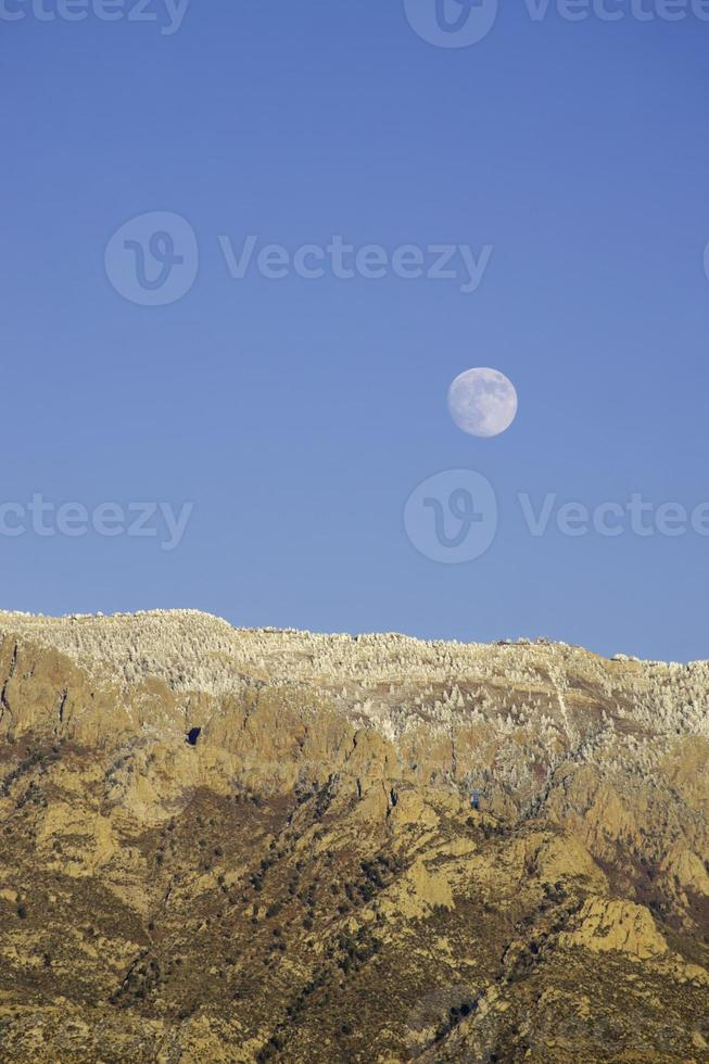 berglandskap vinter månuppgång foto