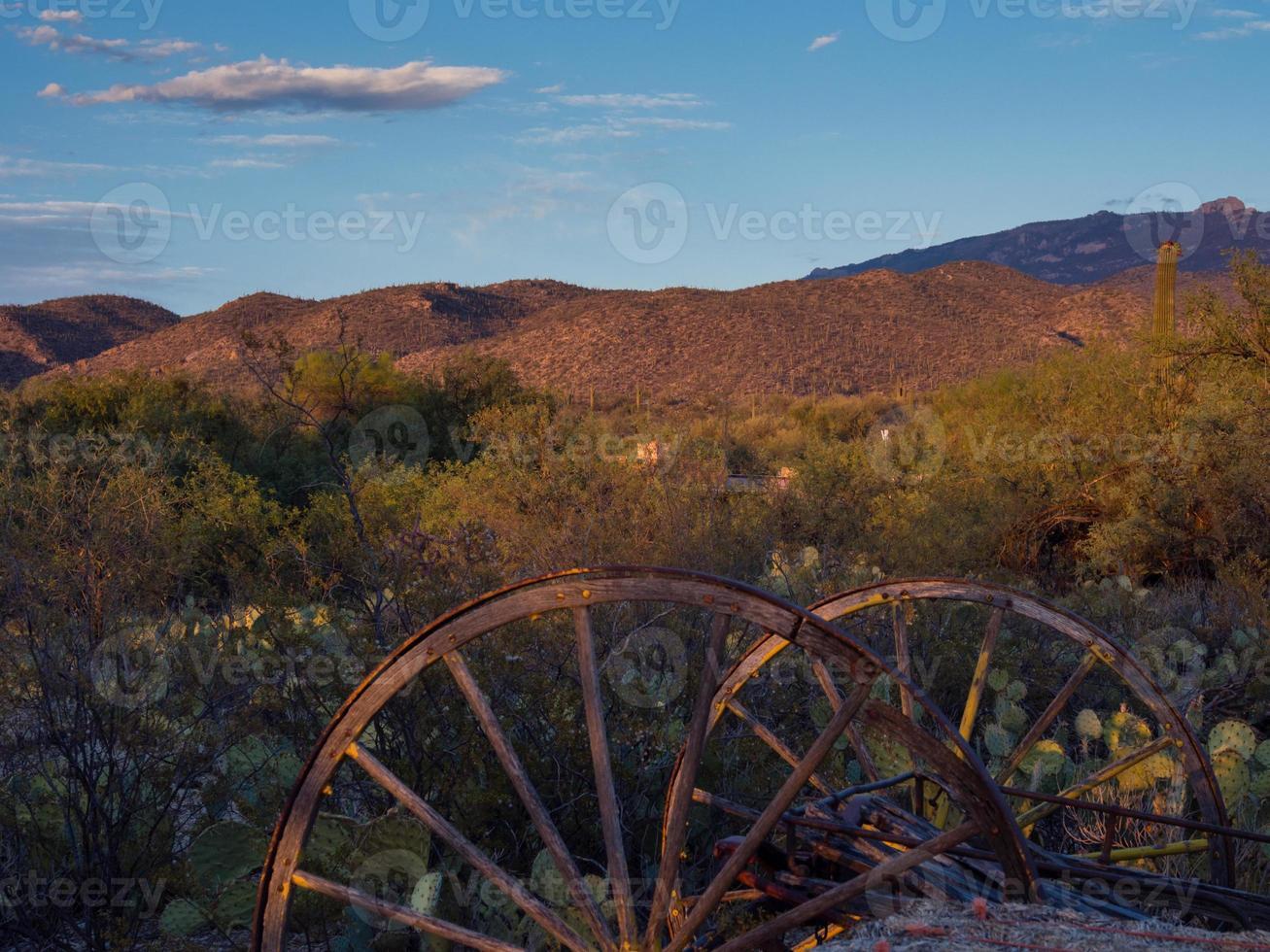 rostiga vagnsvälar i Arizona öken vid solnedgången foto