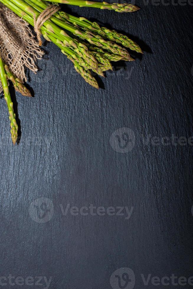 sparris på en mörk yta. mat bakgrund foto