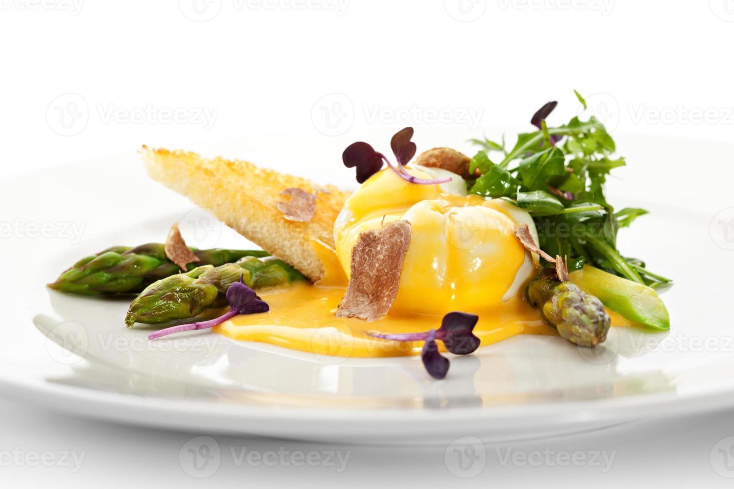 pocherat ägg med sparris foto