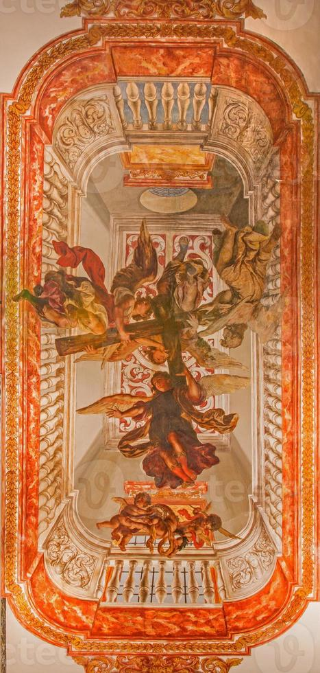 Sevilla - fresco av änglar med korset. foto