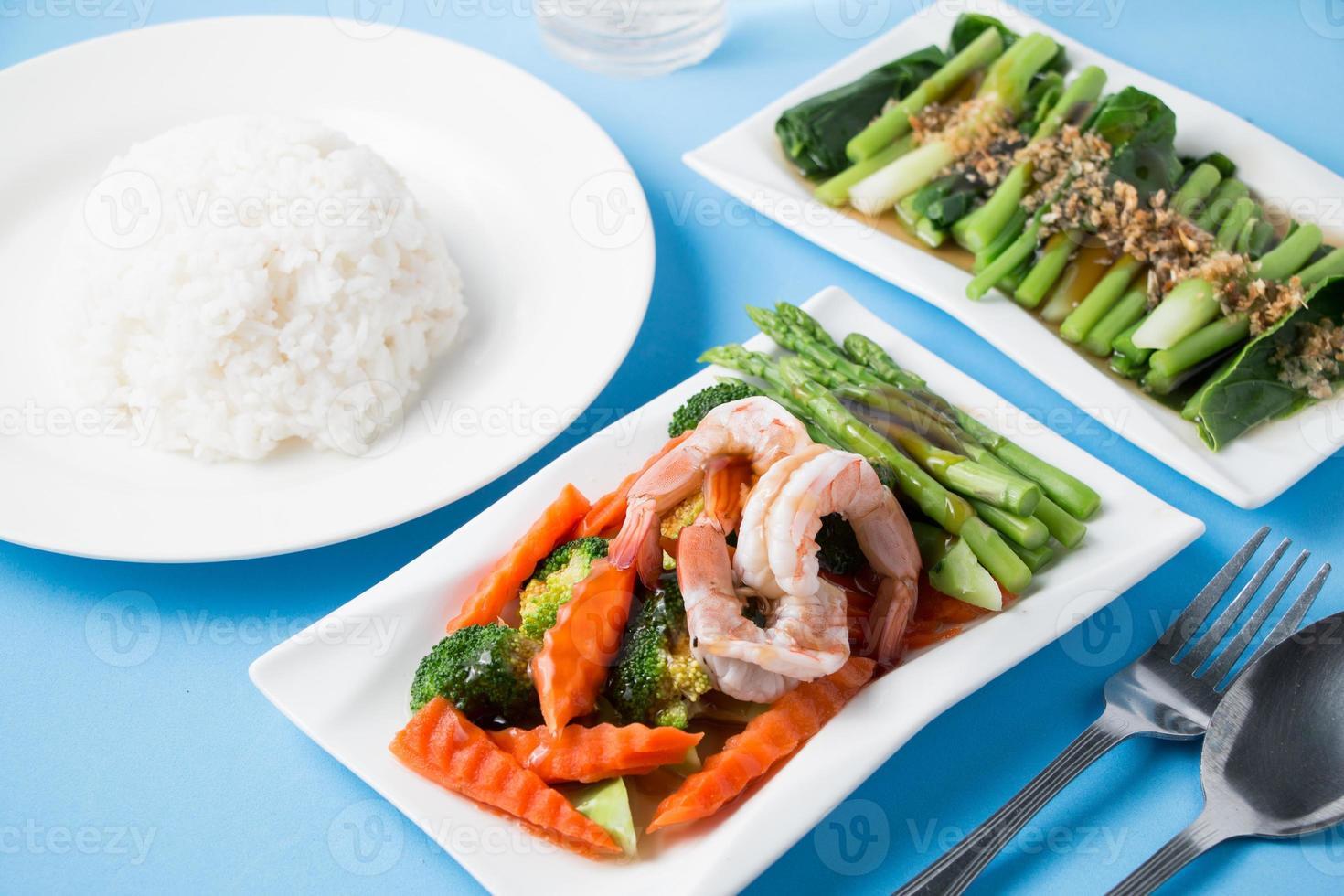 rör om stekt grönsaker med räkor foto