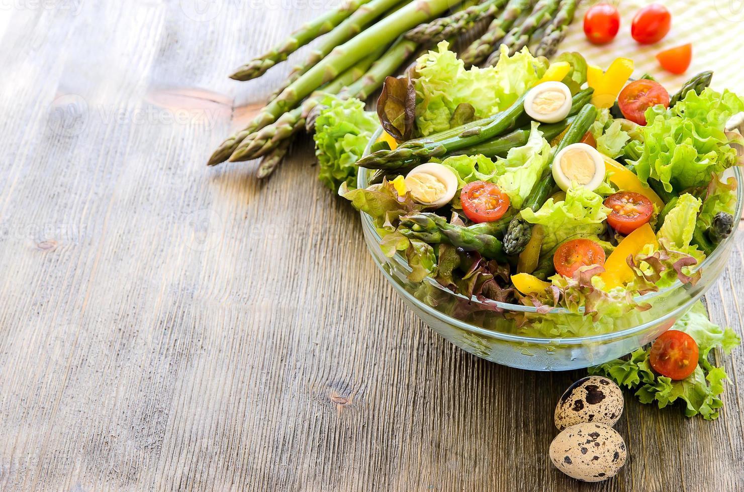 färsk mix sallad med grön sparris och ägg foto
