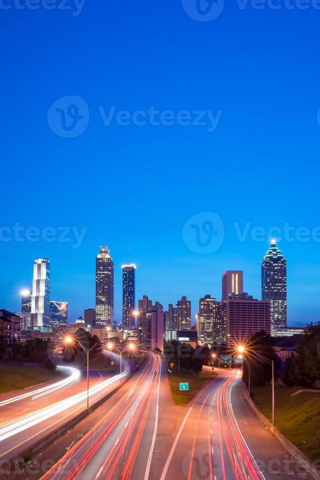 bild av Atlanta skyline under skymningen foto