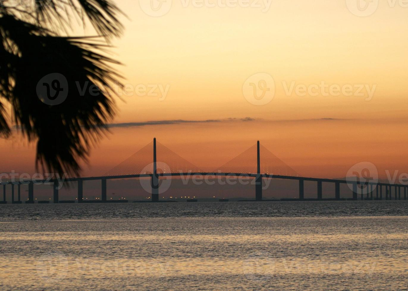 tampa bay skyway bridge vid soluppgången foto