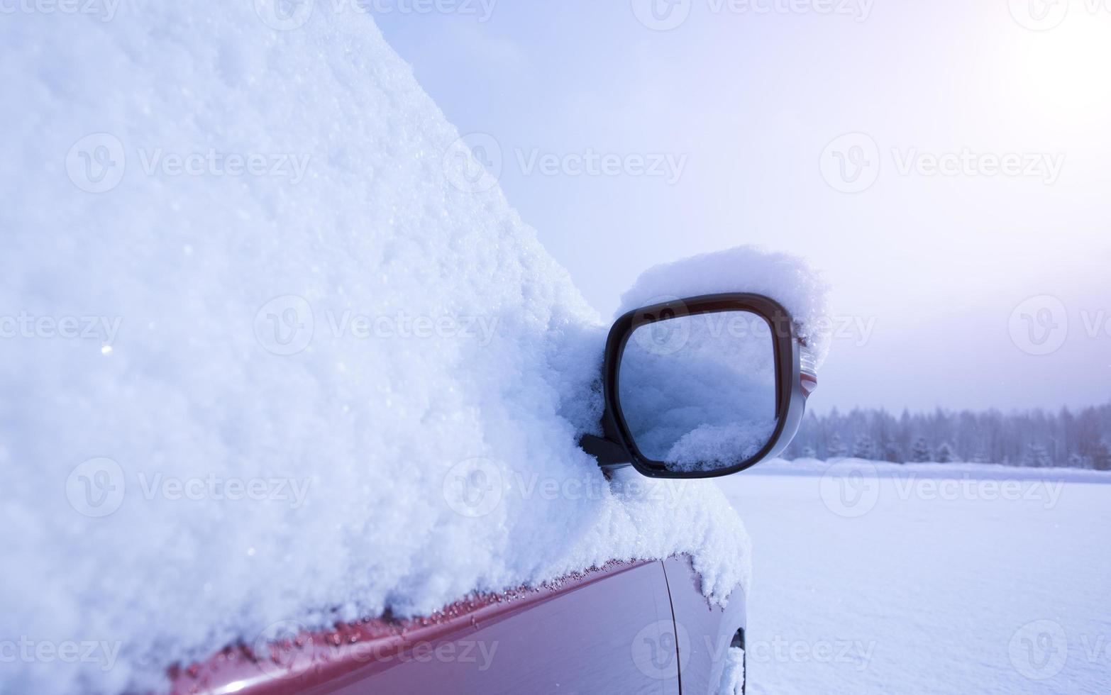 bil täckt av snö foto