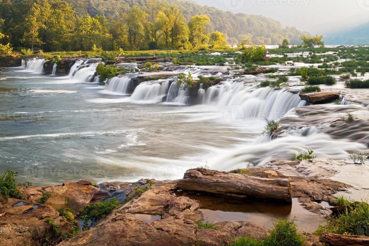 sandsten faller på den nya floden foto