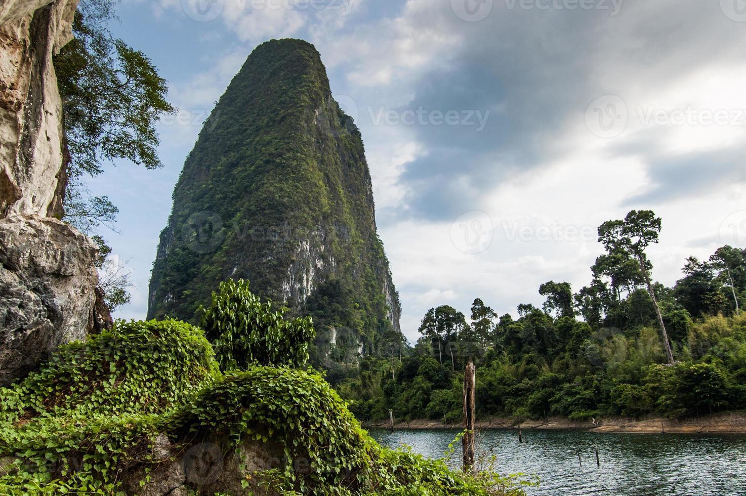 gigantisk sten, nationalpark Khao Sok foto