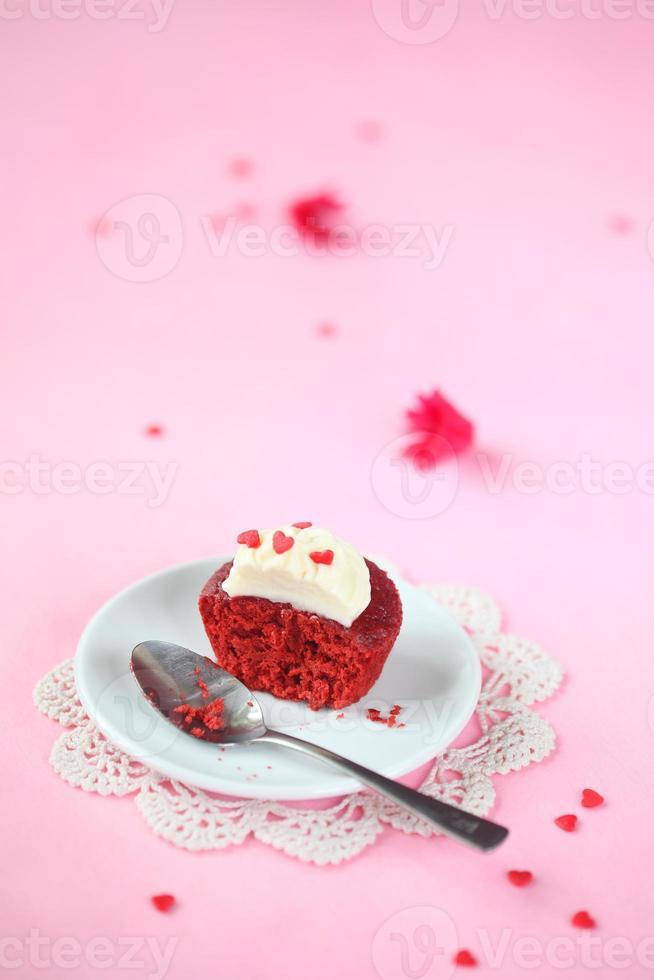 trasig röd sammetmuffin med frostig gräddeost foto