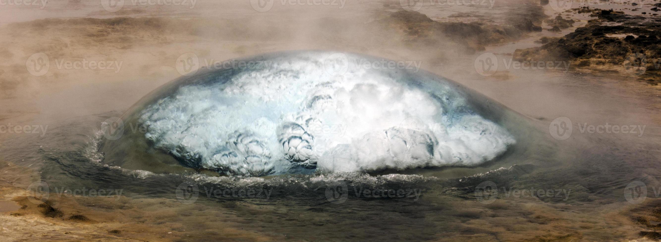strokkur geyser i geysir Island foto