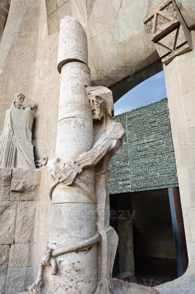 jesus bunden till en kolumn. skulptur på sagrada familia foto