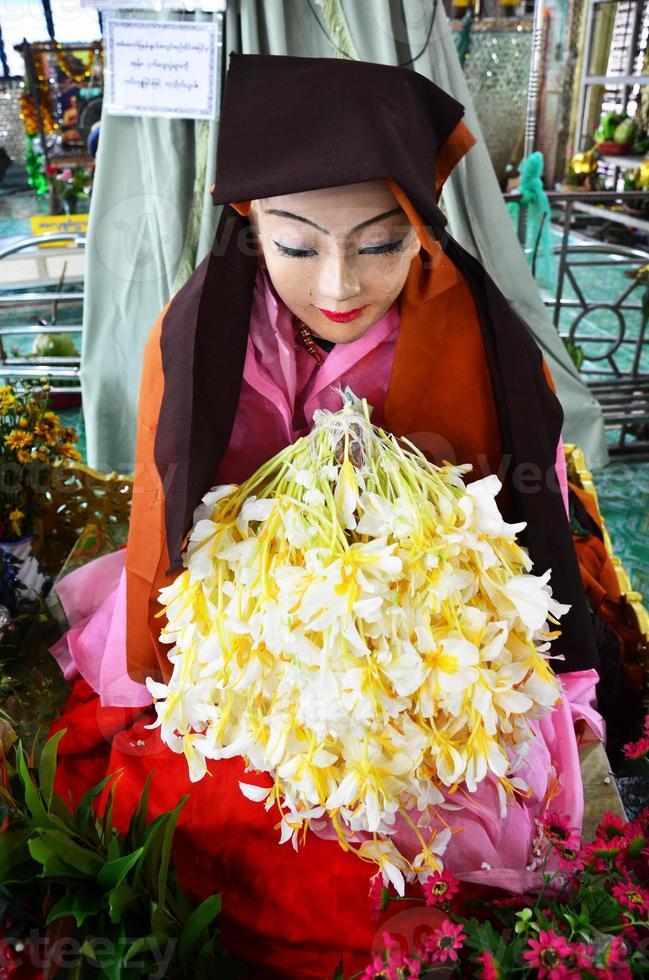 ahmagyi mya nan nwe, en hängiven till botahtaung-pagoden foto
