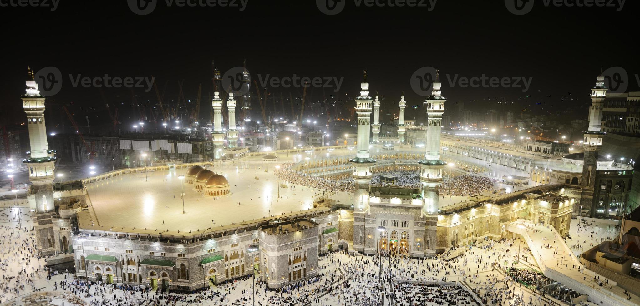 makkah kaaba och människor som begär sig för hajj foto