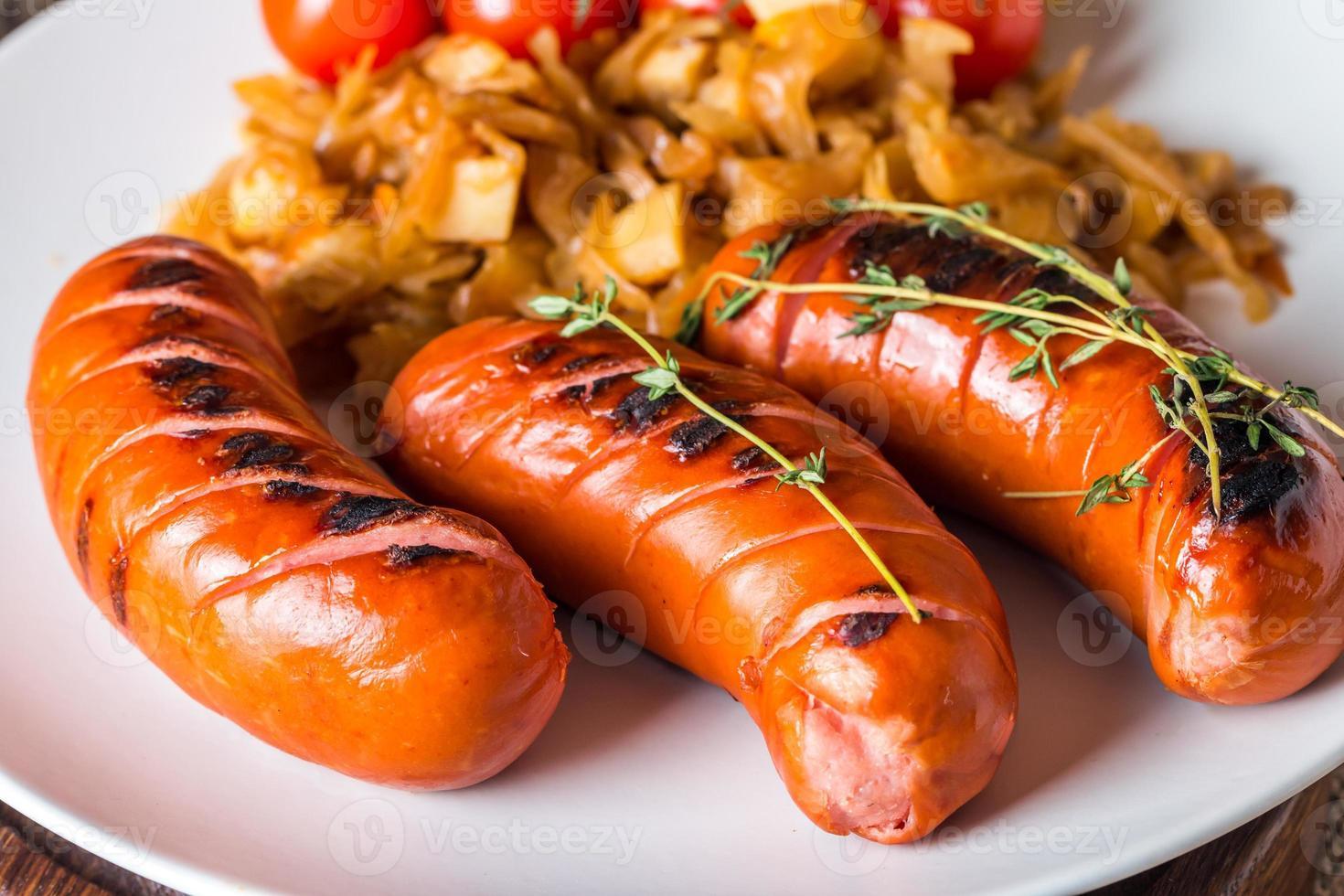 grillade korvar med kål, tomat foto