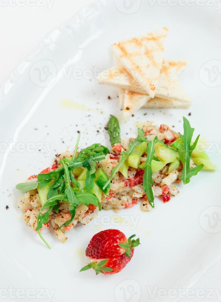 seabass carpaccio med jordgubbar foto