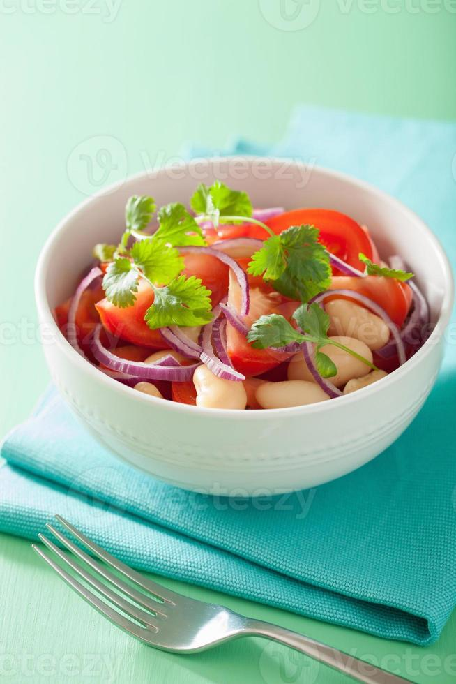 frisk tomatsallad med vita bönor lök koriander foto