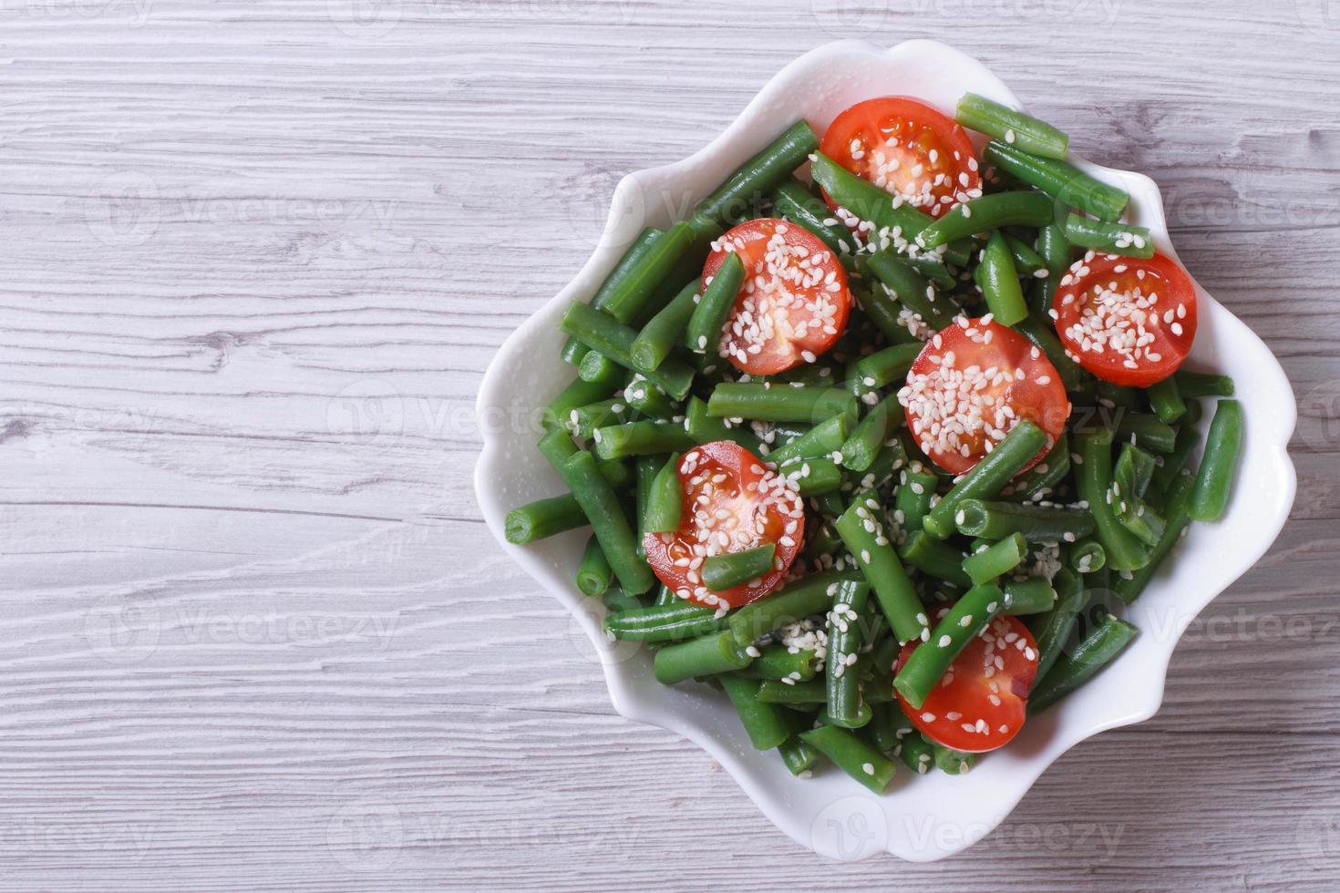 sallad med gröna bönor och sesamfrön ovanifrån foto