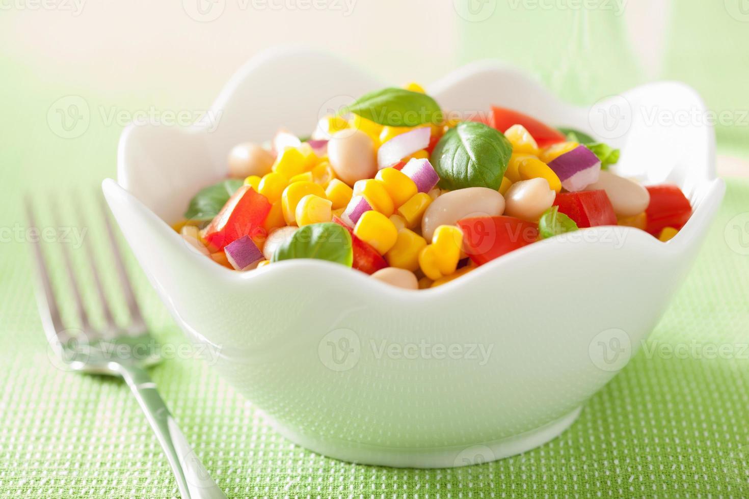 frisk majs sallad med tomatlök vitbönor basilika foto