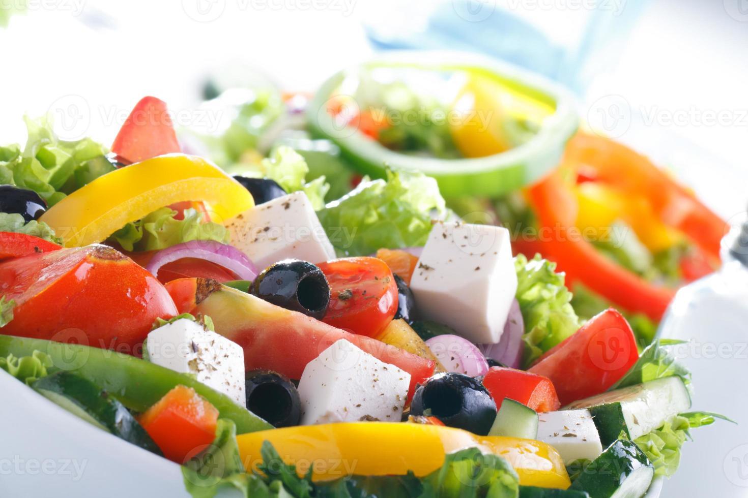 färsk grönsakssallad (grekisk sallad). användbar vitaminmat. foto