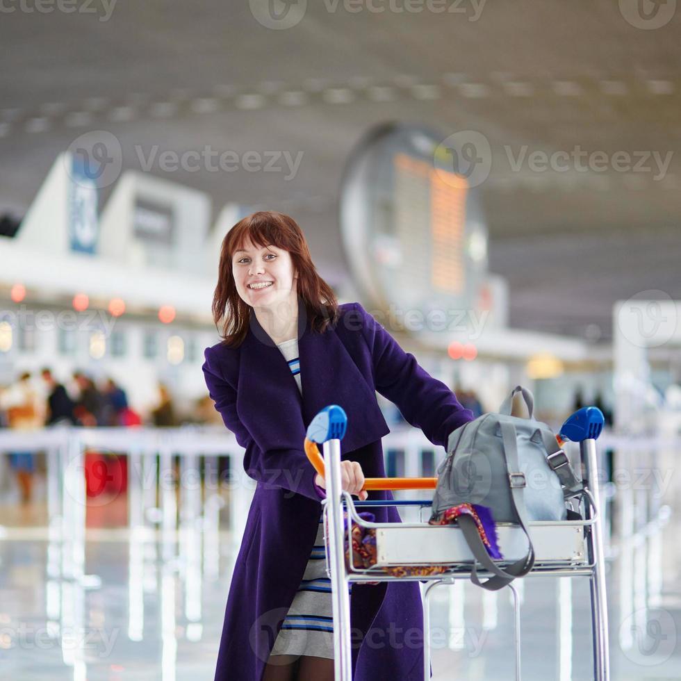 vacker ung passagerare på flygplatsen foto