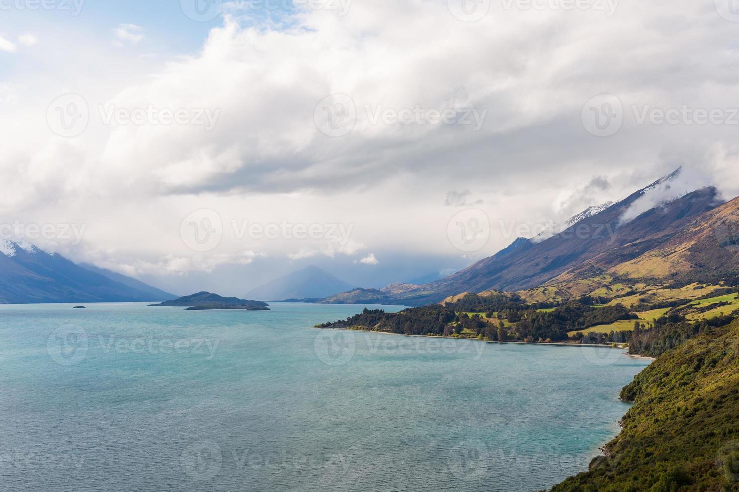 sjö- och bergslandskap foto